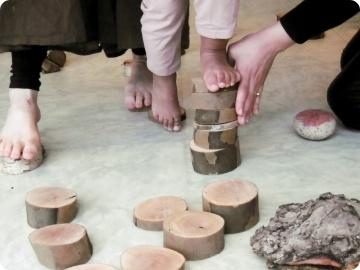 exercice d'équilibre sur des piles de bois