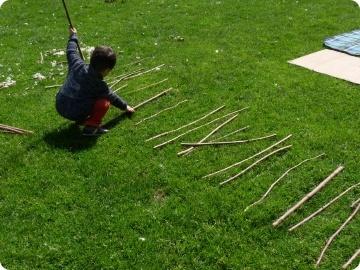 enfant faisant une échelle avec des bâtons