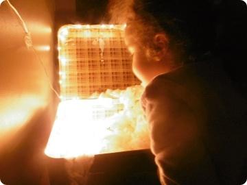 enfant regardant dans une boite éclairée